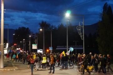 Quelque 100 personnes se sont regroupées sur le campus de Saint Martin d'Hères pour témoigner leur soutien au réfugiés qui arrivent en Isère. Photo : Samantha Goerling.