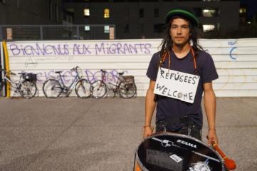 Partout dans la manifestation, on pouvait lire des messages d'accueil pour les 100 migrants attendus en Isère. Photo : Samantha Goerling.