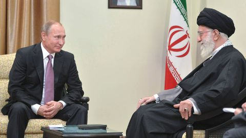 le-president-russe-vladimir-poutine-et-le-guide-supreme-d-iran-l-ayatollah-khamenei-a-teheran-le-23-novembre-2015_5469000
